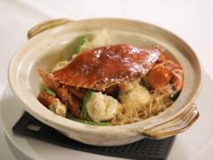 大厨教做螃蟹粉丝煲 沾太白粉锁住肉汁